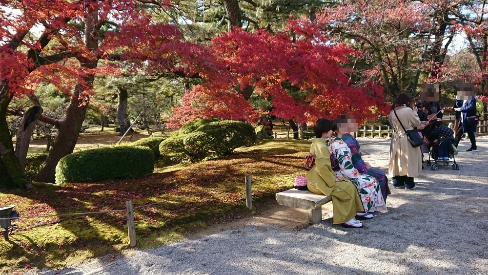 霞ヶ池よこ(琴柱灯籠の反対側)の紅葉